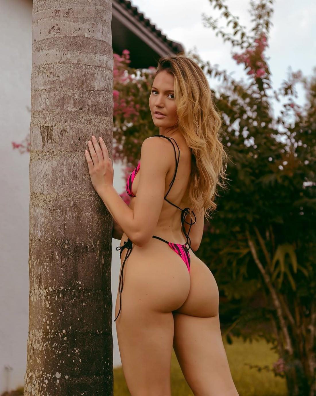 Summer Lynn Hart Goes Braless In Unbuttoned Top In Flirty New Snap