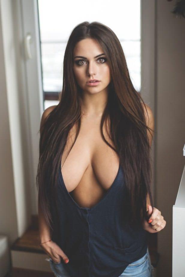 симпатичная женщина с красивой грудью фото