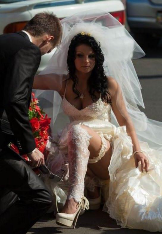 фото со свадеб где у невесты видать нижнее белье массирует пальчиками