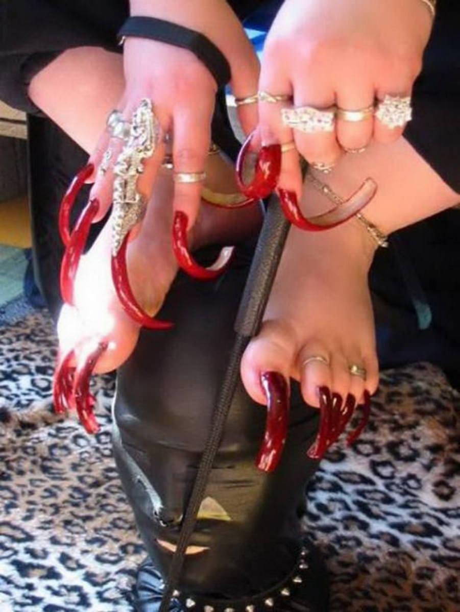 Самые длинные ногти на ногах фото
