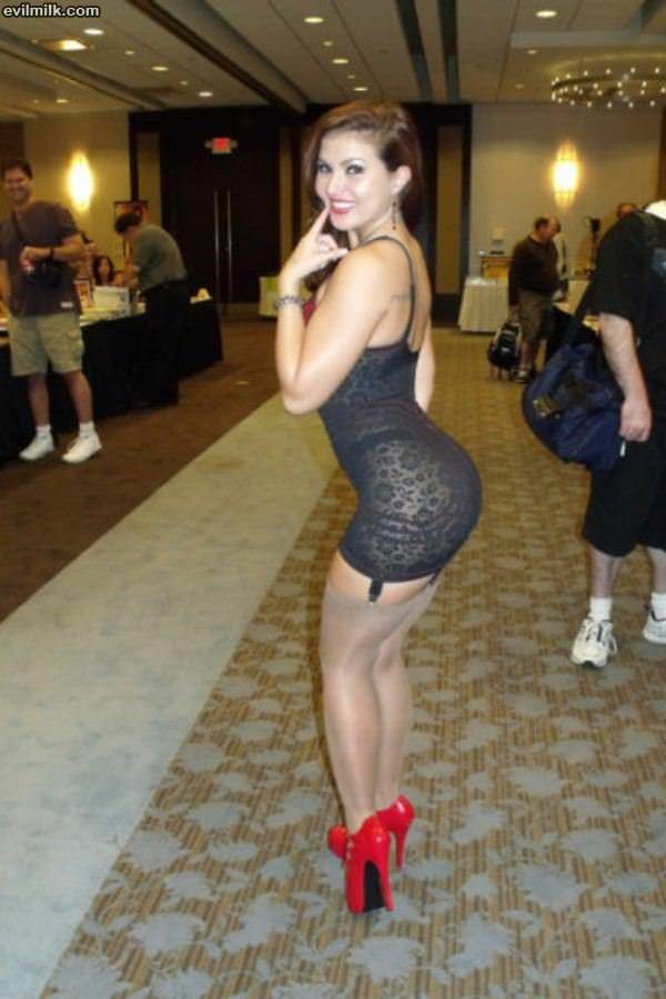 зрелая жопастая бизнес леди в обтягивающие платьях фото